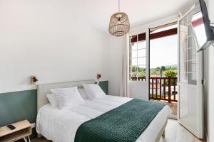 A bed or beds in a room at Résidence Ker Enia Meublés de Tourisme