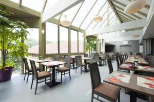 A restaurant or other place to eat at Flanders Lodge Hotel