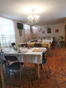 Um restaurante ou outro lugar para comer em Hotel Rosim