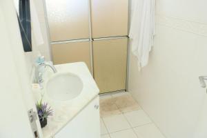 A bathroom at Lindo apartamento de 3 quartos em Jurerê Florianópolis, ideal para famílias