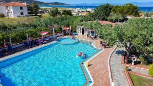 Vue sur la piscine de l'établissement Hotel Pontos ou sur une piscine à proximité