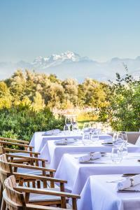 A restaurant or other place to eat at Jiva Hill Resort - Genève