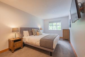 A bed or beds in a room at Glaciers Lodge by Outpost