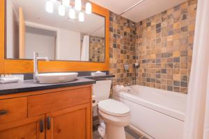 A bathroom at Glaciers Lodge by Outpost