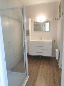 A bathroom at Charmant F3 climatisé
