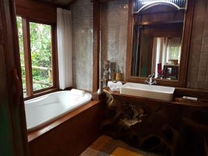 A bathroom at Sang Giri - Mountain Glamping Camp