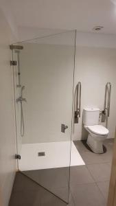A bathroom at Albergue Peregrinos San Francisco de Asis