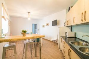 A kitchen or kitchenette at tuGuest Villa Alegre