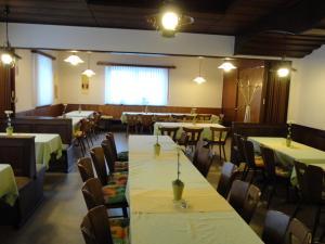 Ein Restaurant oder anderes Speiselokal in der Unterkunft Gasthof Reif
