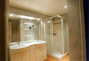 A bathroom at L'Oustau de Mistral