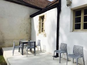 A porch or other outdoor area at La Pommardine