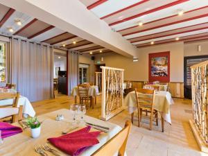 A restaurant or other place to eat at Hôtel La Clairière