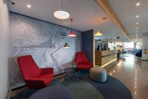 The lobby or reception area at Holiday Inn Express Lisbon Airport, an IHG Hotel