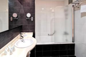 A bathroom at Hotel Acuazul