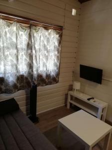 Una televisión o centro de entretenimiento en Camping la Pedrera
