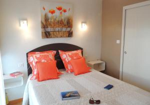A bed or beds in a room at Les Terrasses du Ris