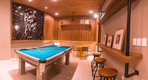Mesa de bilhar em Malibu Plaza Hotel