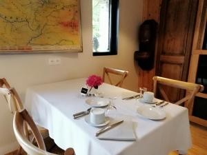 A restaurant or other place to eat at La Tannerie de Montreuil