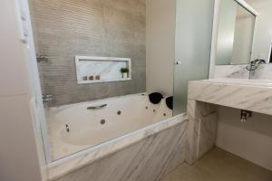 A bathroom at BM Hotel