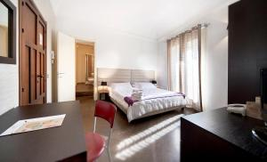 A bed or beds in a room at Villa Del Lauro