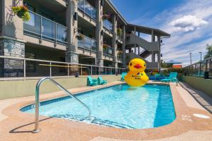 The swimming pool at or close to Accent Inns Kamloops