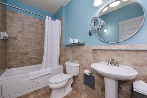 A bathroom at Montvale Hotel