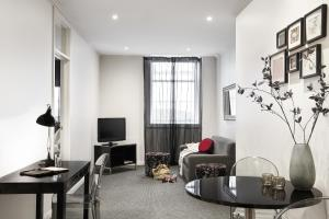 A seating area at Punthill Apartment Hotel - Flinders Lane