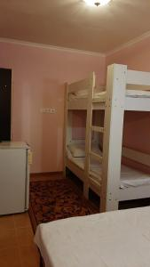 Двухъярусная кровать или двухъярусные кровати в номере Guest house berendei2000