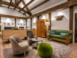 Ein Sitzbereich in der Unterkunft Hotel Krone