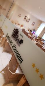 Ein Restaurant oder anderes Speiselokal in der Unterkunft Landhotel Klempau