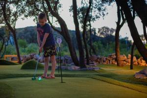 Igranje golfa poleg počitniškega parka oz. v okolici