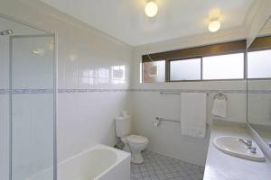 A bathroom at 7/110 Lighthouse Road - Byron Breeze