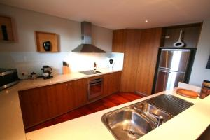 A kitchen or kitchenette at 2/21-25 Fletcher Street - Casablanca at Bogarts