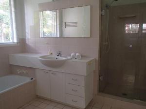 A bathroom at 1/46 Paterson Lane - Paterson Lane