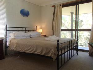 A bed or beds in a room at 3/5-9 Somerset Street - Summer Central
