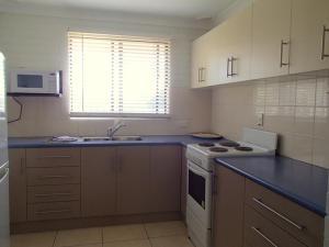 A kitchen or kitchenette at 3/5-9 Somerset Street - Summer Central