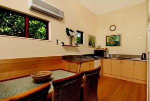 A kitchen or kitchenette at 2b Manfred St - The Wave House