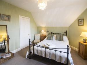 A bed or beds in a room at No 21