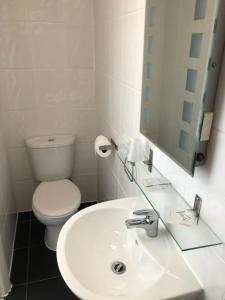 A bathroom at Granby Hotel