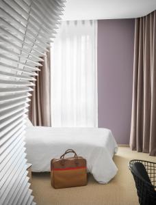 A seating area at Okko Hotels Nantes Château