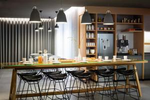 The lounge or bar area at Okko Hotels Nantes Château