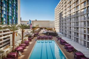 Utsikt över poolen vid Harrah's Las Vegas Hotel & Casino eller i närheten