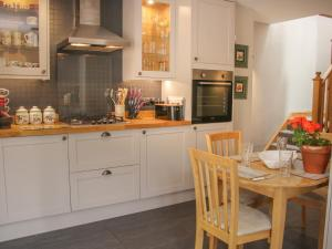 A kitchen or kitchenette at Old Mill House Cottage