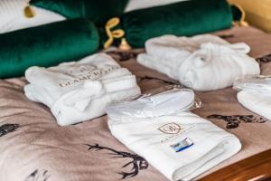 Łóżko lub łóżka w pokoju w obiekcie Glamp Royal