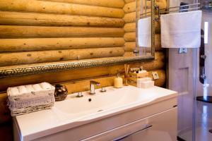 A bathroom at Villa Baikal Prestige