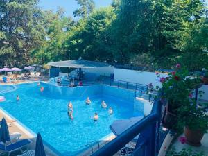 Ein Blick auf den Pool von der Unterkunft Aphrodite Hotel oder aus der Nähe