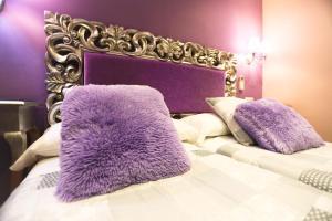 Łóżko lub łóżka w pokoju w obiekcie Hostal Goya Suites