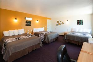 A bed or beds in a room at Western Motel