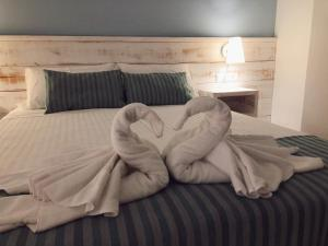 A bed or beds in a room at Hotel Bemon Playa
