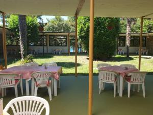 A restaurant or other place to eat at Youth Hostel Pinesta